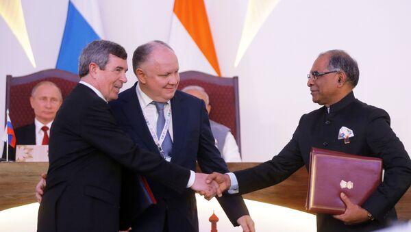 Anatoli Isaikin, director general de Rosoboronexport, y Suvarna Radzhu, representante de la empresa Hindustan Aeronautics Limited, firman contrato en presencia de los presidentes de Rusia y la India - Sputnik Mundo