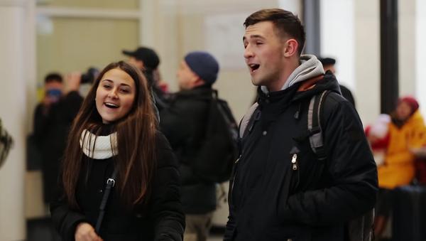 83 jóvenes ucranianos cantan una canción en ruso en una estación de trenes - Sputnik Mundo