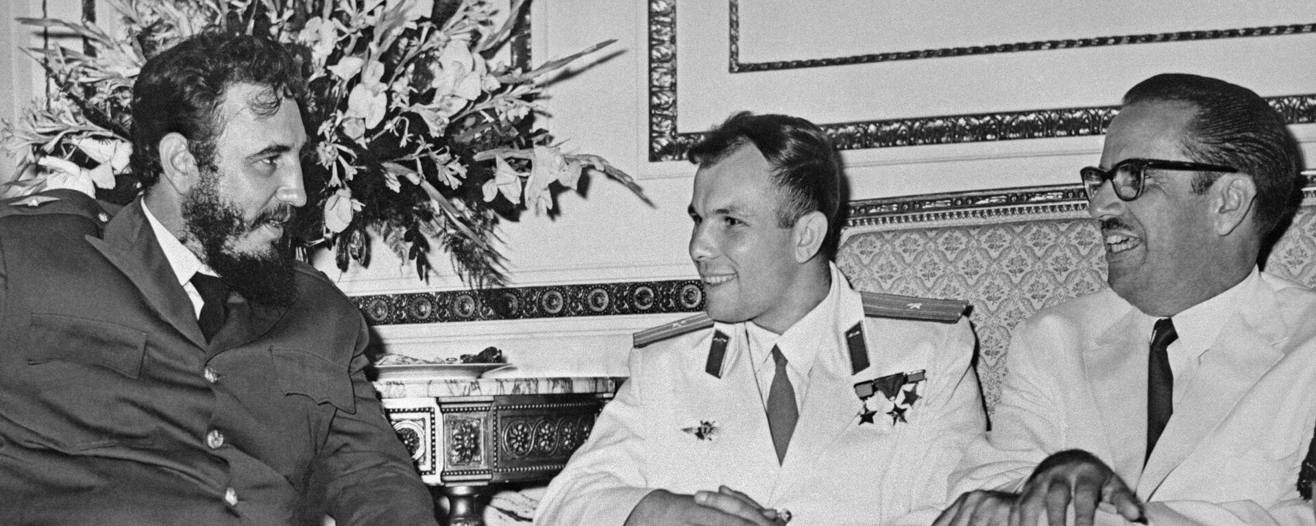 El cosmonauta soviético Yuri Gagarin, junto al entonces primer ministro de Cuba, Fidel Castro, y el presidente de la isla caribeña, Osvaldo Dorticós. - Sputnik Mundo, 1920, 11.04.2021