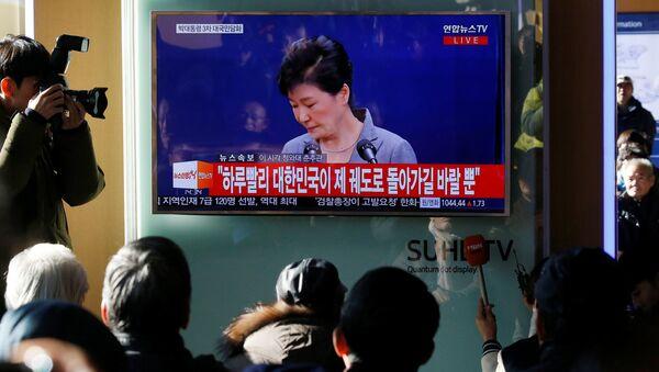 La gente escucha una declaración de Park Geun-hye, presidenta de Corea del Sur - Sputnik Mundo