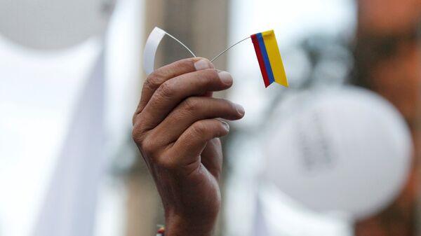 Bandera blanca y bandera de Colombia - Sputnik Mundo