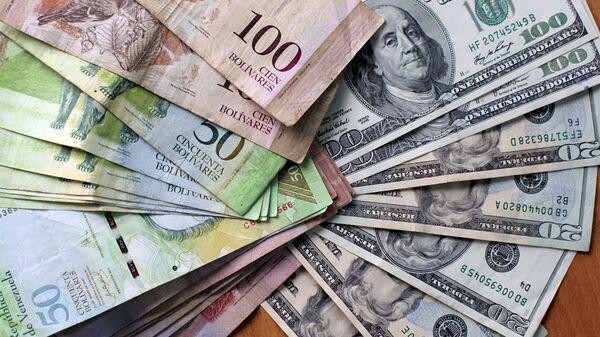 Bolívares venezolanos y dólares americanos (archivo) - Sputnik Mundo