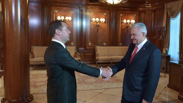 El primer ministro ruso Dmitri Medvédev se reúne con su homólogo turco Binali Yildirim - Sputnik Mundo