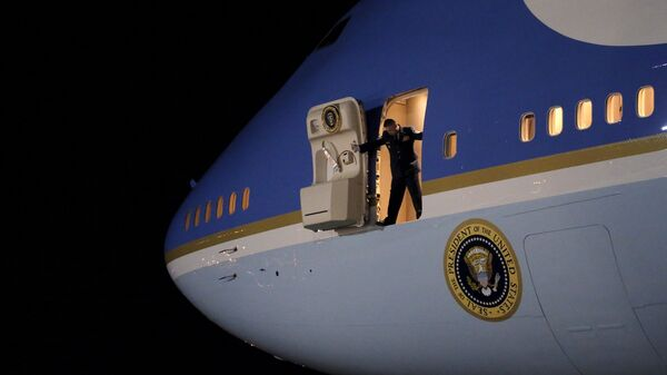 An Air Force officer opens the door of Air Force One as U.S. President Barack Obama arrives at Joint Base Andrews from New Jersey and New York, in Maryland - Sputnik Mundo
