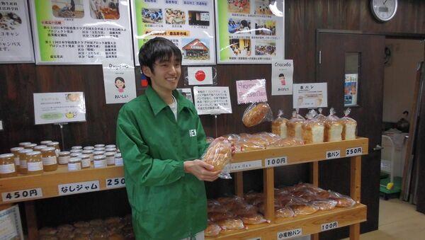 Un alumno japonés que hornea el pan ruso - Sputnik Mundo