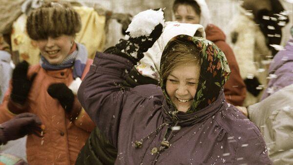 Mujer juega con la nieve - Sputnik Mundo