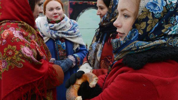 Mujeres en trajes típicos de la antigua Rusia - Sputnik Mundo