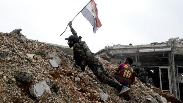 Militar sirio emplaza la bandera nacional de Siria (archivo) - Sputnik Mundo
