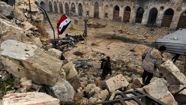 A member of forces loyal to Syria's President Bashar al-Assad attempts to erect the Syrian national flag inside the Umayyad mosque, in the government-controlled area of Aleppo, during a media tour, Syria - Sputnik Mundo