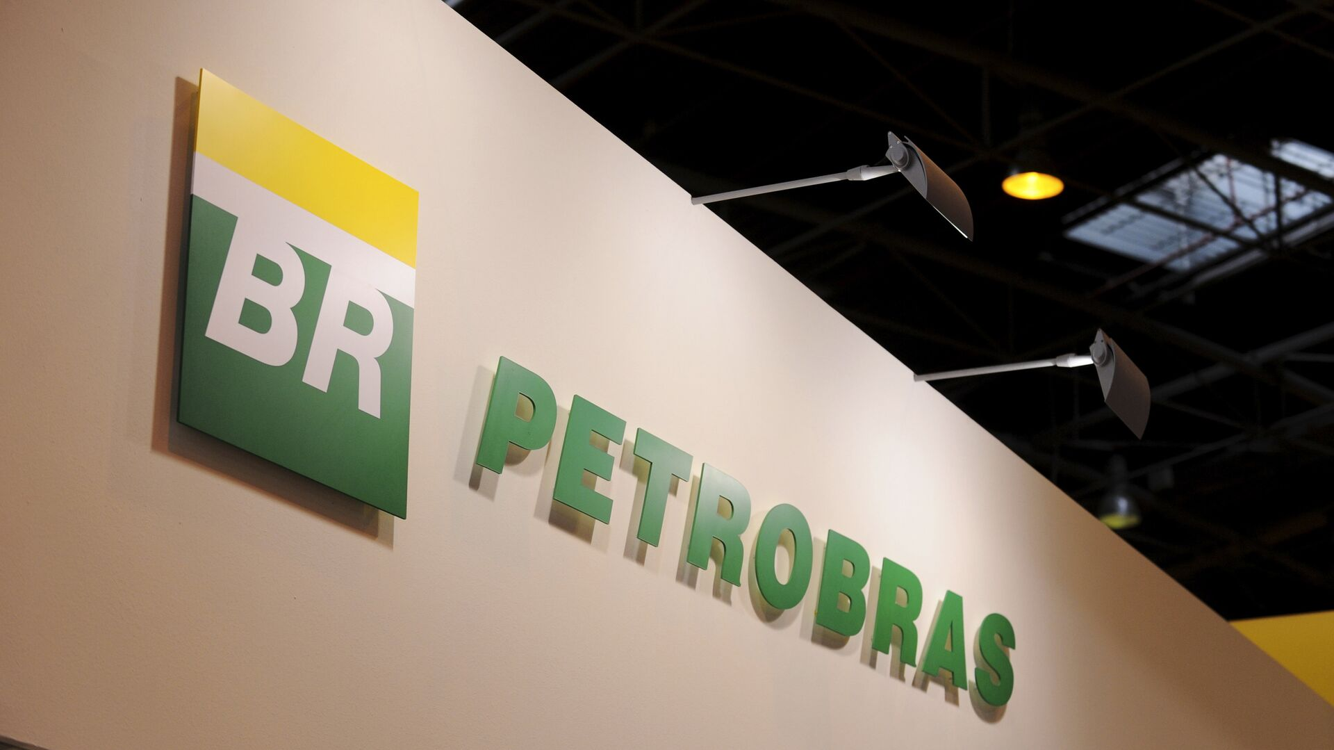 A picture shows the logo of Brazil state-run oil giant Petrobras during the World Gas Conference exhibition in Paris - Sputnik Mundo, 1920, 05.10.2021