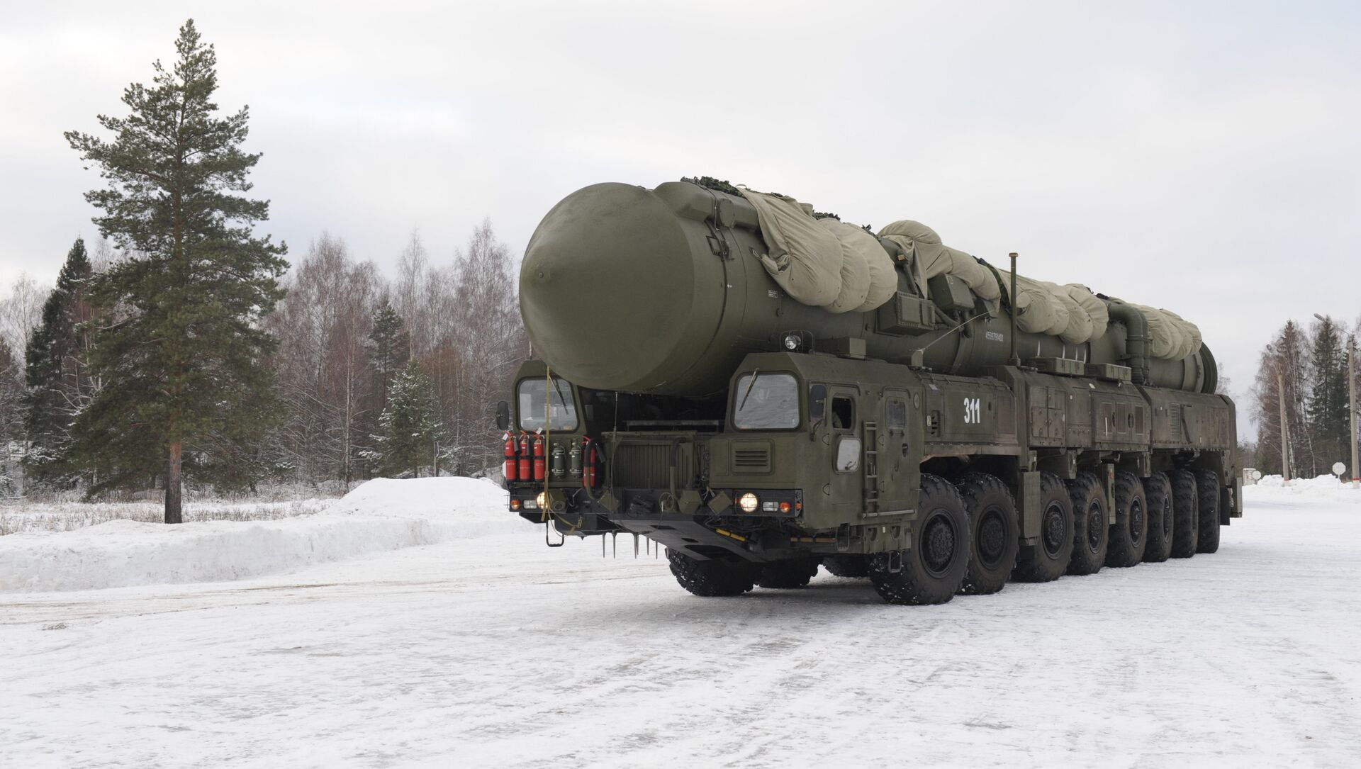 Yars MIRV-equipped ICBM, on its mobile Kamaz transporter - Sputnik Mundo, 1920, 01.02.2021