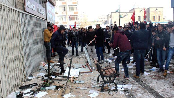 Protesta delante de la sede del prokurdo Partido Democrático Popular (HDP) de Turquía - Sputnik Mundo