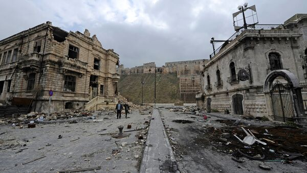 People walk past the old customs buildings (L) and Peoria restaurant (R) near Aleppo's historic citadel, in the government controlled area of the city, Syria December 17, 2016. REUTERS/Omar Sanadiki - Sputnik Mundo