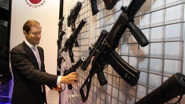 Denís Mánturov, ministro de Industria y Comercio de Rusia y las armas de fuego - Sputnik Mundo