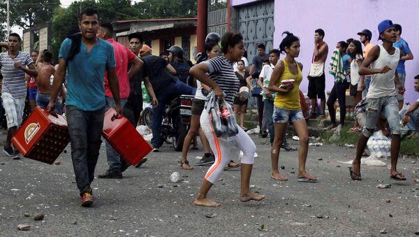 Los venezolanos saquendo las tiendas (archivo) - Sputnik Mundo