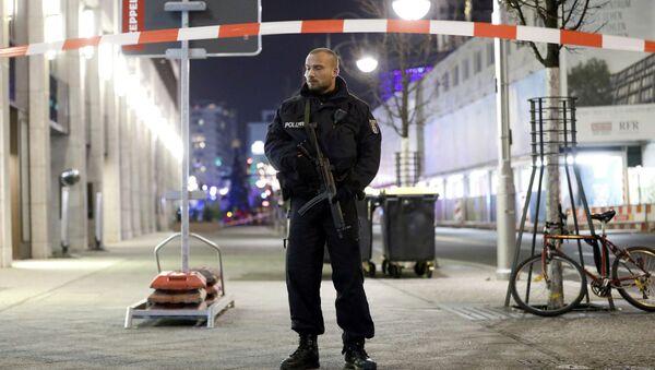 Policía en una feria navideña de Berlín - Sputnik Mundo
