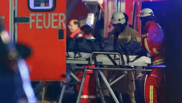 La operación de rescate en el lugar de ataque en la feria navideña en el centro de Berlín - Sputnik Mundo