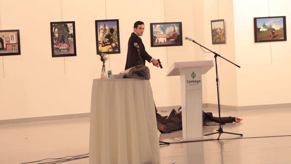 Вооруженный мужчина рядом с телом российского посла в Турции Андрея Карлова в галерее Анкары - Sputnik Mundo