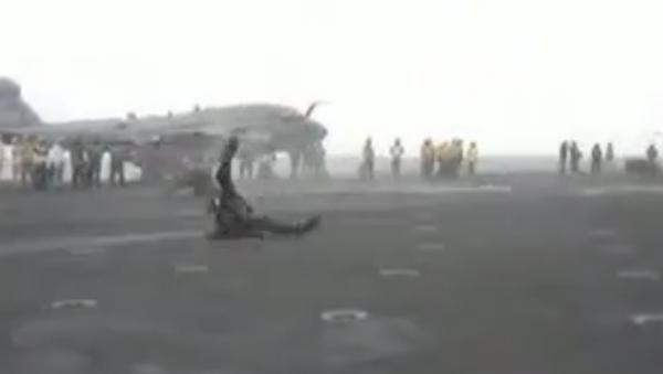 Un avión de reacción lanza por los aires a un técnico imprudente - Sputnik Mundo