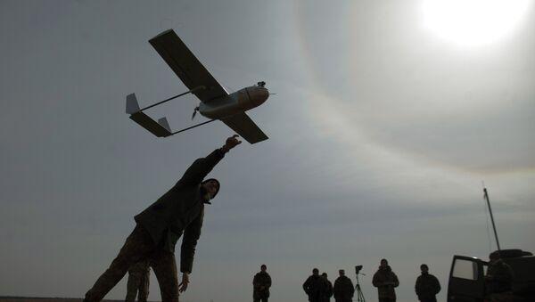 Un militar lanza un avión de reconocimiento no tripulado cerca de la ciudad ucraniana oriental de Lysychansk - Sputnik Mundo