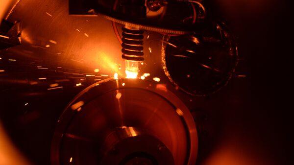 El proceso de obtención de las muestras de estructura amorfa a base de hierro mediante su vertido en estado líquido sobre el disco giratorio de cobre a la temperatura de 1400°C - Sputnik Mundo