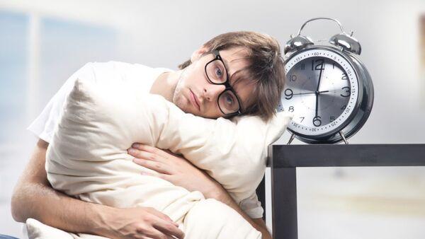 Sad man holding pillow and the clock - Sputnik Mundo