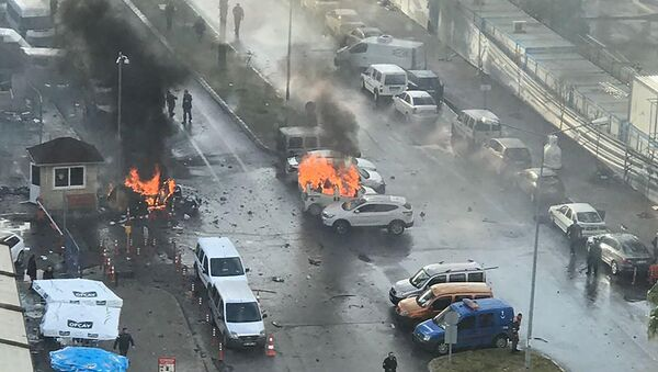 Cars burn in the street at the site of an explosion in front of the courthouse in Izmir on January 5, 2017. - Sputnik Mundo