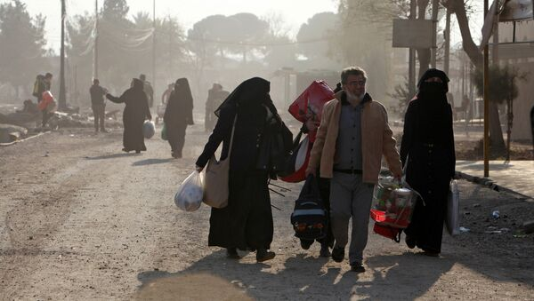 Displaced people flee during a battle with Islamic State militants, in the al-Zuhoor neighborhood of Mosul, Iraq - Sputnik Mundo