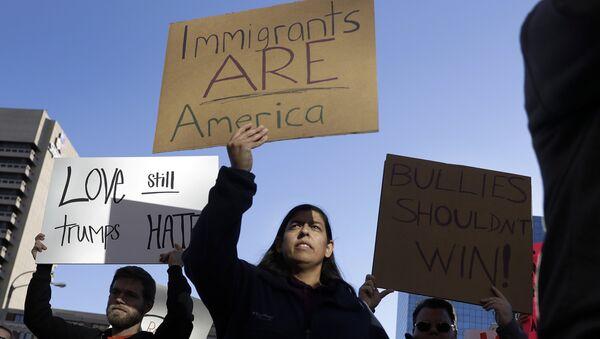 Marcha de inmigrantes contra Trump - Sputnik Mundo