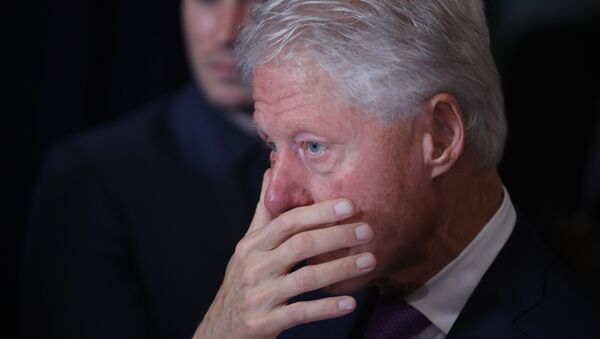 Former President Bill Clinton listens as his wife, Democratic presidential candidate Hillary Clinton speaks in New York, Wednesday, Nov. 9, 2016. Clinton conceded the presidency to Donald Trump in a phone call early Wednesday morning, a stunning end to a campaign that appeared poised right up until Election Day to make her the first woman elected U.S. president.  - Sputnik Mundo