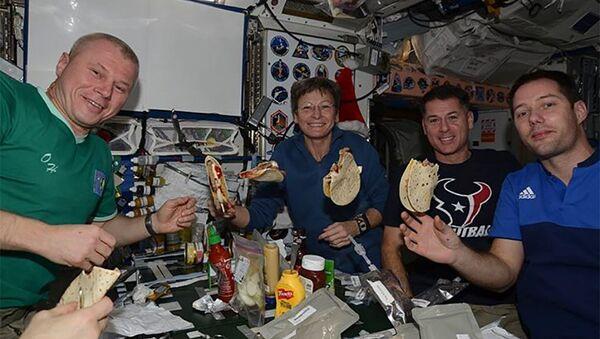 Oleg Novitski y sus colegas en la Estación Espacial Internacional - Sputnik Mundo
