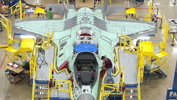 Línea de ensamblaje del F-35 en Fort Worth, EEUU, 13 de octubre de 2011 - Sputnik Mundo
