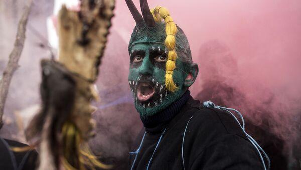 Pobladores de la aldea de Vevcani celebran un carnaval en vísperas de la fiesta de San Basilio, marcando también el comienzo del Año Nuevo según el calendario juliano, utilizado por la Iglesia Ortodoxa de Macedonia. 13 de enero de 2017. - Sputnik Mundo