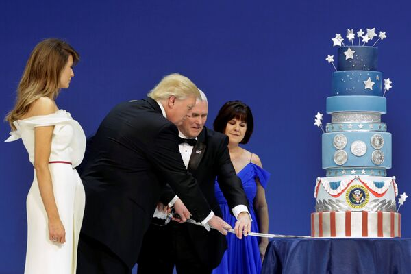 President Donald Trump with his wife Melania and Vice President Mike Pence with his wife Karen cut a cake at the Armed Services Ball in Washington, U.S., January 20, 2017. - Sputnik Mundo
