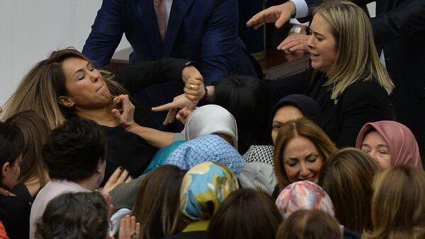 Diputadas turcas llegan a las manos en el Parlamento - Sputnik Mundo