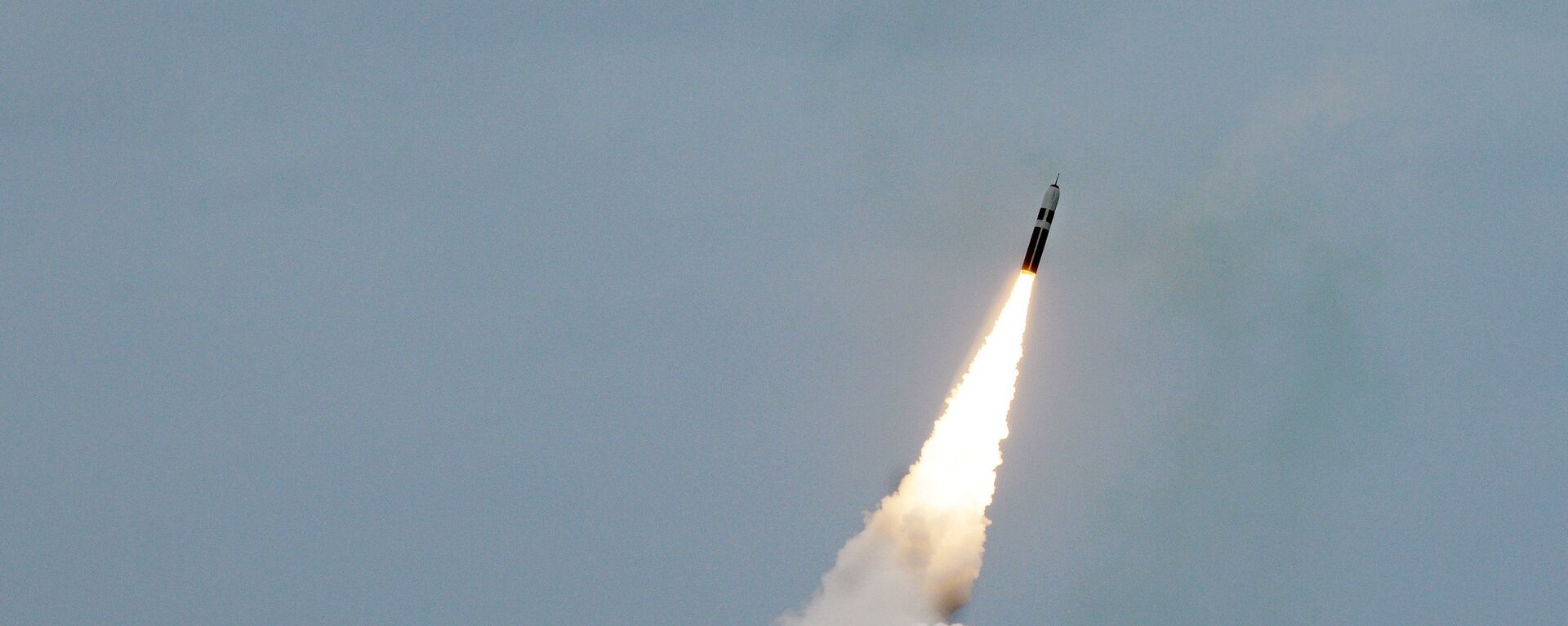 ATLANTIC OCEAN (August 31, 2016) An unarmed Trident II D5 missile launches from the Ohio-class fleet ballistic-missile submarine USS Maryland (SSBN 738) off the coast of Florida. The test launch was part of the U.S. Navy Strategic Systems Programs demonstration and shakedown operation certification process - Sputnik Mundo, 1920, 19.09.2021