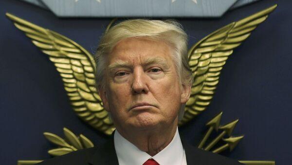 U.S. President Donald Trump looks on following a swearing-in ceremony for Defense Secretary James Mattis at the Pentagon in Washington - Sputnik Mundo