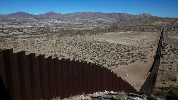 El muro entre EEUU y México (archivo) - Sputnik Mundo