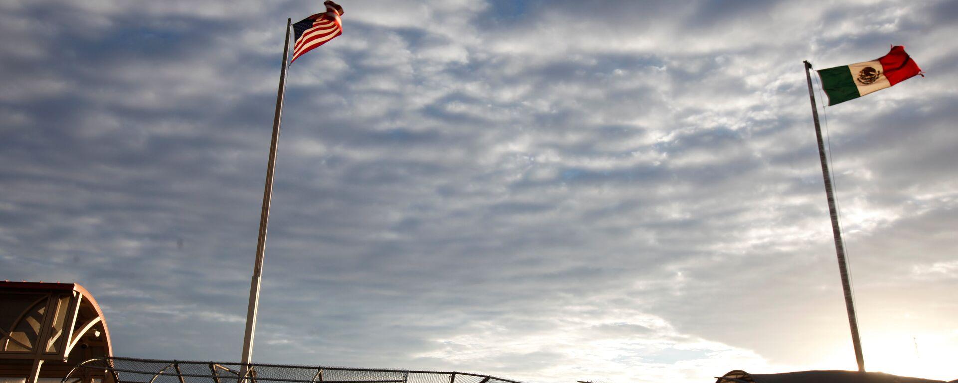 Banderas de EEUU y México en la frontera entre los dos países - Sputnik Mundo, 1920, 23.03.2021
