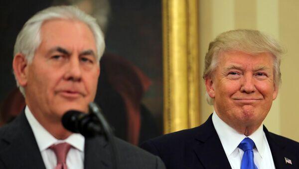 El presidente de Estados Unidos, Donald Trump, asiste a la ceremonia de toma de posesión del nuevo secretario de Estado estadounidense Rex Tillerson en la Oficina Oval de la Casa Blanca en Washington, EEUU. - Sputnik Mundo