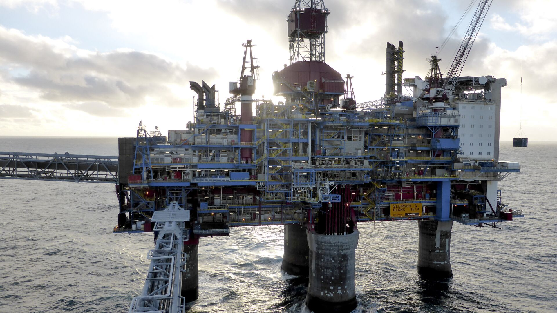 Oil and gas company Statoil drilling and accommodation platform Sleipner A is pictured in the offshore near the Stavanger, Norway, February 11, 2016 - Sputnik Mundo, 1920, 28.09.2021