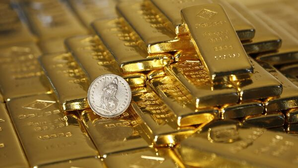 Gold bars and a Swiss Franc coin are seen in this illustration picture taken at the Austrian Gold and Silver Separating Plant 'Oegussa' in Vienna November 7, 2014 - Sputnik Mundo