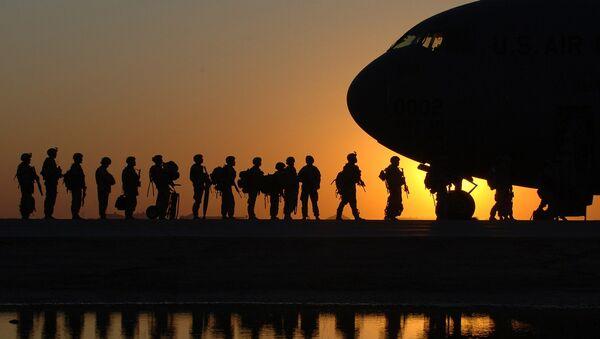 Soldados del Ejército estadounidense abordando un avión de transporte militar C-17 Globemaster - Sputnik Mundo