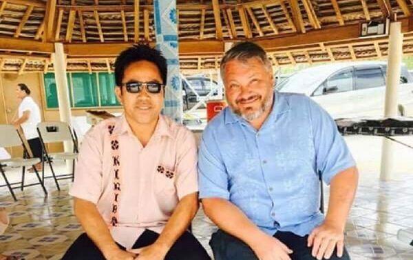 Antón Bákov con el ministro de la Juventud y Asuntos de la Mujer de Kiribati, David Collins - Sputnik Mundo