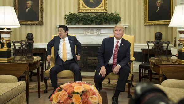 Shinzo Abe y Donald Trump en la Casa Blanca - Sputnik Mundo