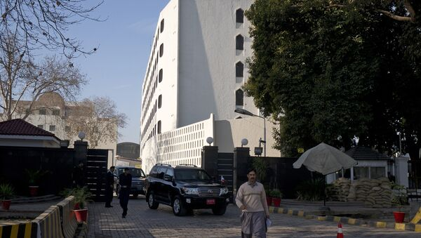Cars leave the Foreign Ministry building, a venue of peace talks in Islamabad, Pakistan. - Sputnik Mundo