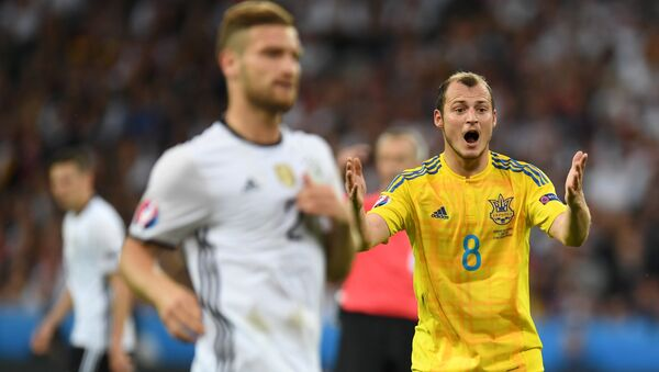 Ukraine's forward Roman Zozulya (R) reacts during the Euro 2016 group C football match between Germany and Ukraine at the Stade Pierre Mauroy in Villeneuve-d'Ascq near Lille on June 12, 2016. - Sputnik Mundo