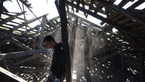 Разрушенная осколками крыша средней школы в результате ночного обстрела Макеевки артиллерией ВСУ - Sputnik Mundo