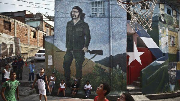 Los niños del Colectivo La Piedrita de Caracas, la capital venezolana, juegan al baloncesto en la calle - Sputnik Mundo