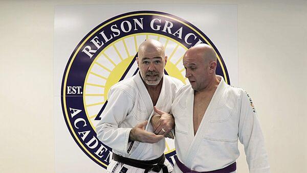 Maestro de jiu-jitsu enseña cómo defenderse del apretón de manos de Trump - Sputnik Mundo